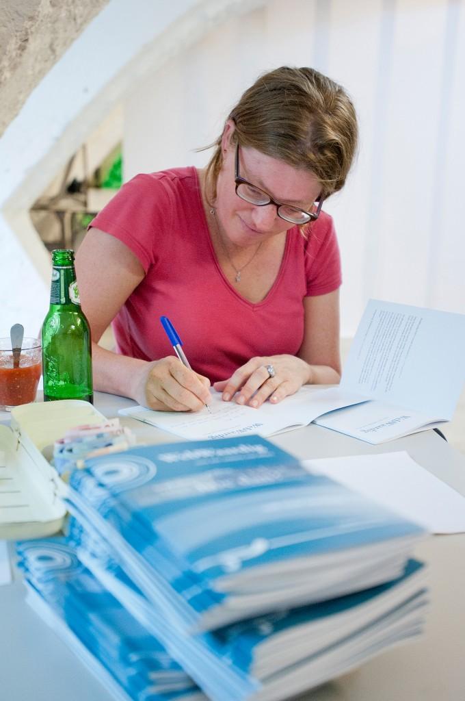 Anneke signeert WebWaardig tijdens boekpresentatie